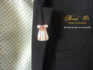 Broche brodée en cannetille (robe palestinienne) épinglée sur veste